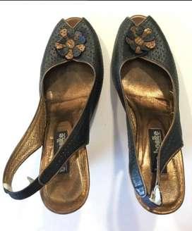 Zapatos de tacon corrido marca Bon Bonite talla 36, color negro en cuero troquelado