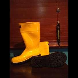 Se Vende Botas de Caucho Amarillas marca robusta - talla 39