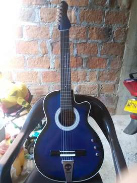 Guitarra electroacústica con su auténtico forro