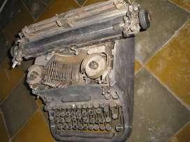 Antigua maquina de escribir, en desuso, para decoracion.