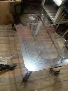 Mesa de vidrio con base de bronce