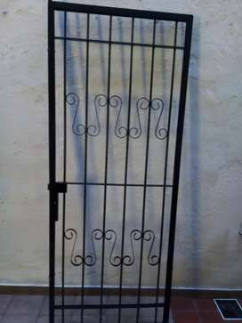 Puerta reja con marco estilo colonial