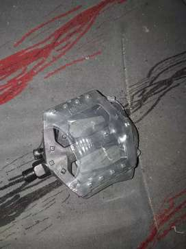 Pedales plastico reforzado rosca fina para playera.