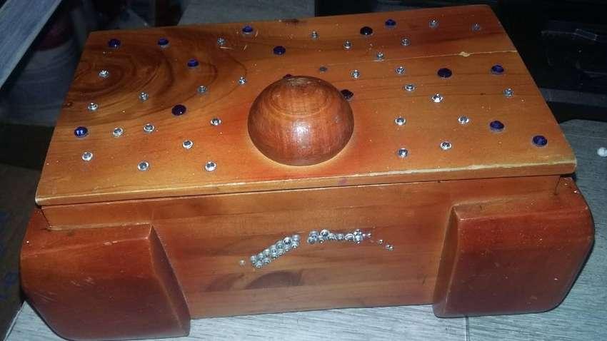 Cofre en madera de 19cm ancho lado 11cm alto 9cm