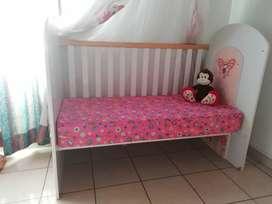 Cuna bebé - niña con colchón y juegos de sábanas