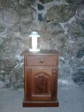 Mesa de luz de algarrobo con cajón y puerta