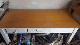 Mesa rectangular de madera.