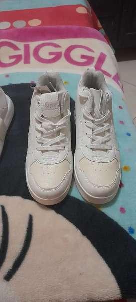 Vendo zapatos de niña y niño de muy buena marca estan nuevos