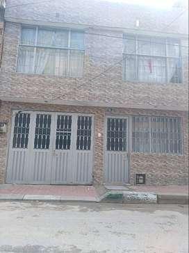 casa de 2 pisos  con  1 apto  por cada piso y garaje asi   1 piso - sala comedor, 2 habitaciones, cocina , baño , hooll