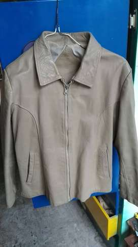 Se vende chaqueta de cuero sintético femenina