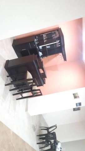 Muebles mesas sillas un bar