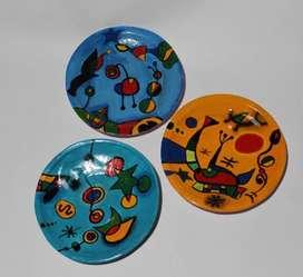 3 platos pintados a mano al estilo de Joan Miro