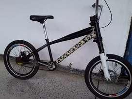 Se vende Bicicleta cros con freno de disco en ambos rines tenedor con amortiguasion