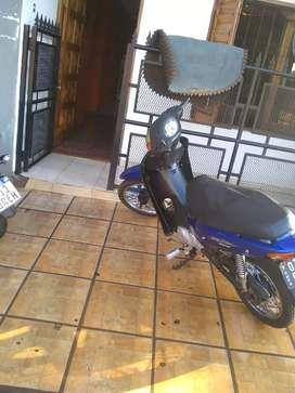 La moto tiene detalles como cualkier moto tiene título y 08
