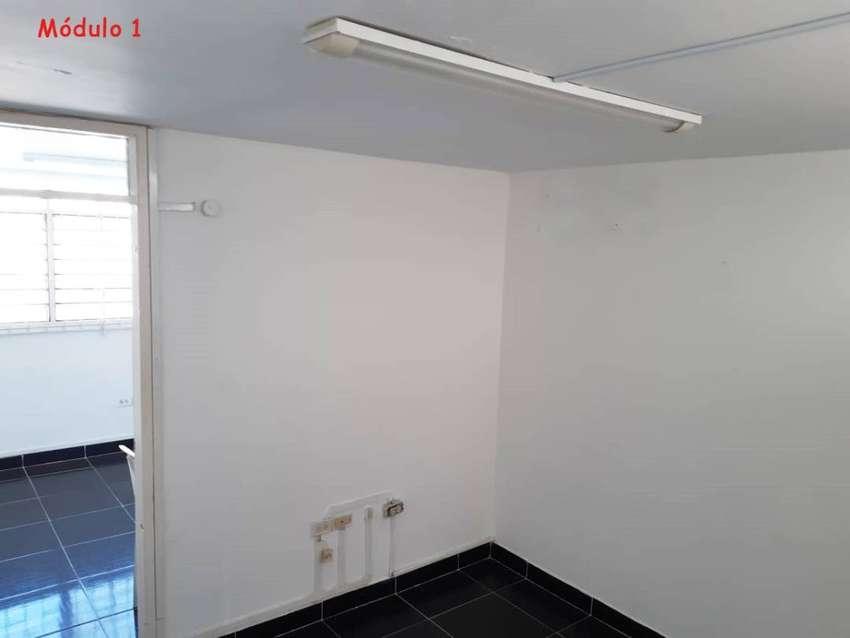 ARRIENDO OFICINA, excelente ubicación, 3 divisiones, 1 baño,  2 halls de archivos. 0