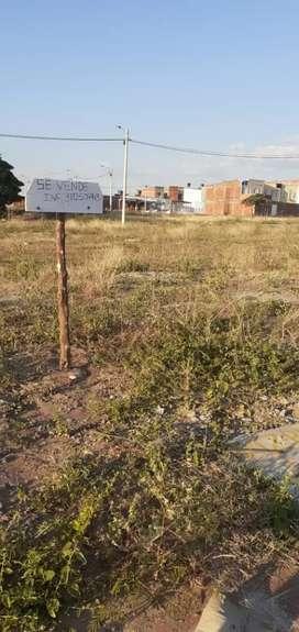 Se vende lote medianero en el sector barrio Solo verde.