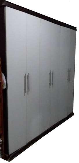 6 puertas, 1 perchero en cada extremo, estantes en centro con 3 cajones