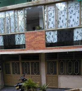 Casa nueva de tres pisos, entrada independiente, cuenta con garaje para un carro y dos motos; todo independiente.
