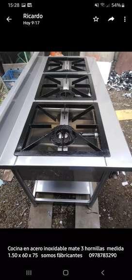 Cocina de tres hornillas de acero mate inoxidable