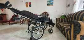 Silla de ruedas para paciente, reclinable.