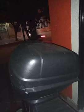 Baul negro con llave