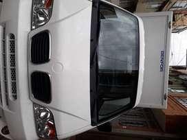 Camioneta tipo furgon con cortinas en aluminio