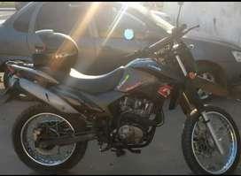 Vendo moto con dos cascos y un parde guantes