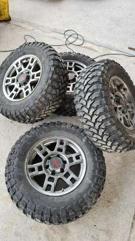 Llantas y aros pantaneras Rin 17 para camioneta Toyota Hilux Dmax