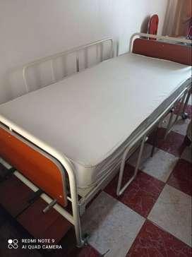 Cama hospitalaria con colchón ortopédico