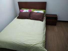 Juego de cuarto/ incluye colchón, cama y mesa de noche.
