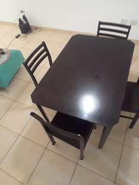 Juego de comedor. Mesa más 4 sillas impecables