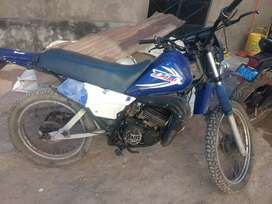Vendo mi moto yamaha a  2000
