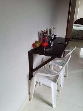 Venta de barra de cocina con dos sillas plasticas