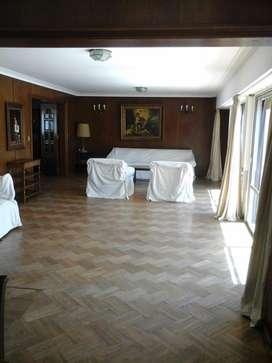 Vendo piso céntrico c/ 2 cocheras, balcón, baulera