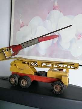 Carro de juguete antiguo lanza coetes