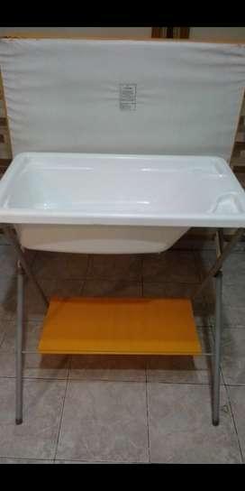 Vendo catre de baño con cambiador y silla de comer escritorio.