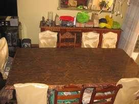 Fino juego de Comedor de estilo, 12 sillas, mesa, vitrina, aparador y espejo. d