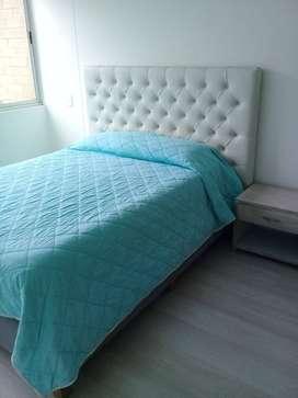 Cama doble nueva sin colchón, en estilo moderno, la base es gris y la cabecera de la cama es blanca capitoneada