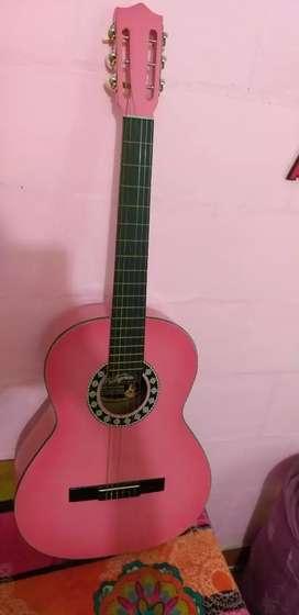 Guitarra clásica rosa
