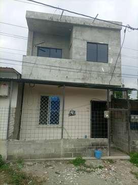Casa de dos pisos con dos lozas cuenta con dos departamentos y para construir un terceromentoscuenta