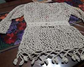 Remera importada tejida a mano en hilo centroamerica con etiqueta de aduana color beige