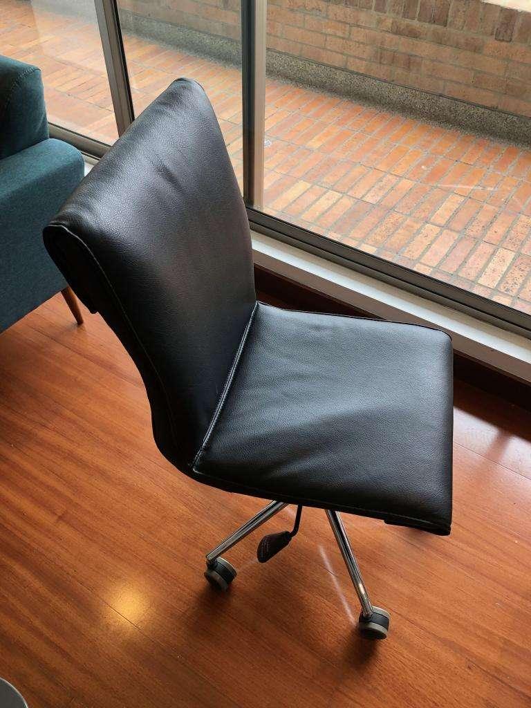 Silla giratoria oficina estudio cuero negra 0