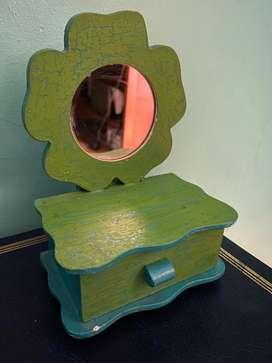 Cajita de madera pintada