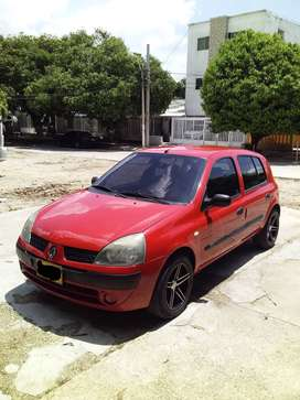 Renault clio cool modelo 2006 , 92000km papeles al día junto con sus impuestos tipo familiar