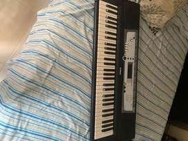 Vendo piano Yamaha PSR E213 + Cargador adaptable