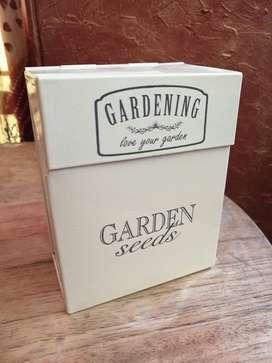 Cajita para semillas e implementos de jardineria interior