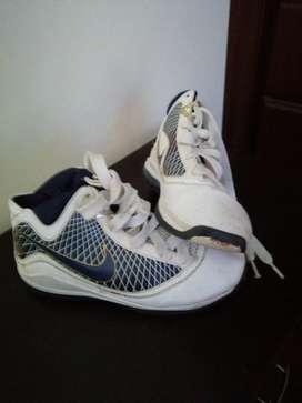 Zapatos Nike para baloncesto niño talla 32
