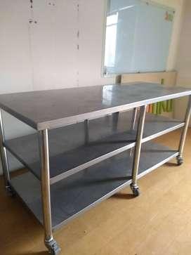 Mesa de trabajo en acero inoxidable, plancha gruesa, 1.90 x 0.90 mt. con dos divisiones y 6 patas.