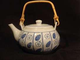 Tetera de cerámica con asa de mimbre
