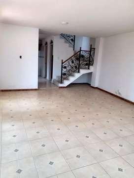 Arriendo casa de dos pisos sector residencial